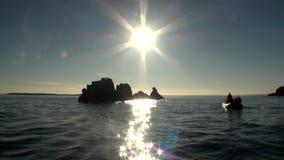 Rayos brillantes del sol en cielo en el fondo del agua del Océano ártico en la nueva tierra almacen de metraje de vídeo