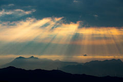 Rayos crepusculares de la salida del sol en Tai Mo Shan Foto de archivo libre de regalías