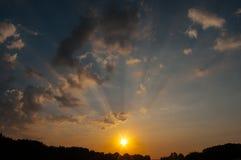 Rayos crepusculares en la puesta del sol Foto de archivo