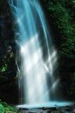 Rayos de la luz del sol en la cascada Imágenes de archivo libres de regalías
