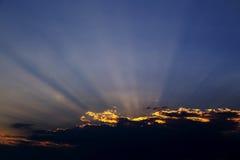 Rayos de la luz, puesta del sol dramática Imágenes de archivo libres de regalías