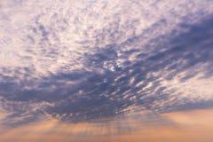 Rayos de la luz que brillan abajo de la nube del cielo Imagenes de archivo