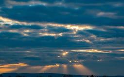 Rayos de la luz que brillan abajo por la mañana Imágenes de archivo libres de regalías