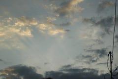 Rayos de la puesta del sol en las nubes imagen de archivo libre de regalías
