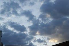 Rayos de la puesta del sol en las nubes fotos de archivo libres de regalías