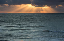 Rayos de la puesta del sol sobre el océano Fotos de archivo