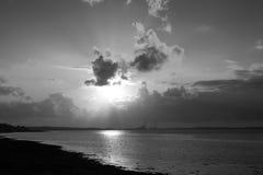 Rayos de la puesta del sol sobre una central eléctrica Imágenes de archivo libres de regalías