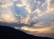 Rayos de la salida del sol que luchan a través de las nubes oscuras imagen de archivo libre de regalías