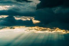 Rayos de la sol en Grey Clouds After Powerful Storm imagenes de archivo