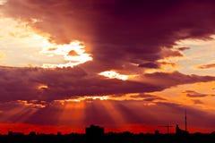 Rayos de sol en la puesta del sol Fotografía de archivo