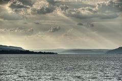Rayos de sol sobre el lago fotos de archivo