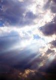 Rayos de sol a través de las nubes fotos de archivo