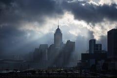 Rayos de sol y silueta de una ciudad Imagenes de archivo