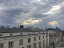 Rayos de Sun caidos abajo en la ciudad vieja de Kraków Foto de archivo libre de regalías