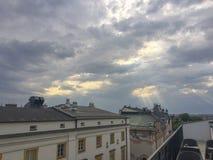 Rayos de Sun caidos abajo en la ciudad vieja de Kraków Fotos de archivo libres de regalías