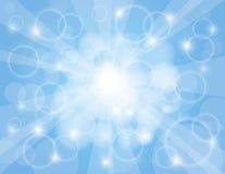 Rayos de Sun con el fondo del azul de cielo Imagen de archivo libre de regalías