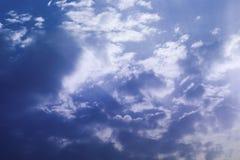 Rayos de Sun del cielo nublado Foto de archivo libre de regalías