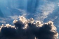 Rayos de Sun de detrás una nube imagenes de archivo