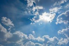 Rayos de Sun en cielo azul fotos de archivo