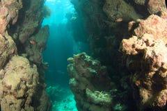 Rayos de Sun en cueva subacuática fotos de archivo