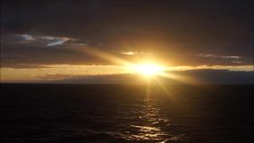 Rayos de Sun en el amanecer almacen de metraje de vídeo