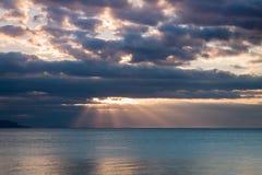 Rayos de Sun en el mar Foto de archivo libre de regalías