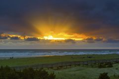 Rayos de Sun en Long Beach Washington durante puesta del sol imagen de archivo libre de regalías