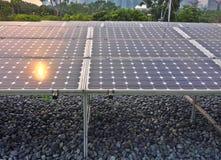Rayos de Sun en los paneles de energía solar Imagen de archivo libre de regalías