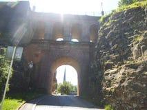 Rayos de Sun que vienen de un puente de piedra con varios arcos en Luxemburgo imagenes de archivo