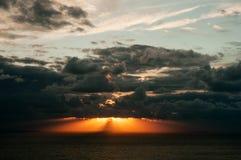 Rayos de Sun sobre el mar Imagen de archivo libre de regalías