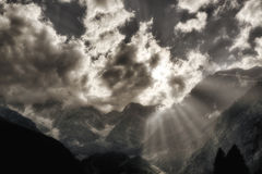 Rayos de Sun sobre las montañas Imagen de archivo libre de regalías