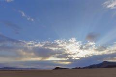 Rayos de Sun a través de las nubes imagenes de archivo