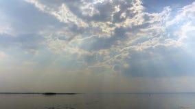 Rayos de Sun a través de las nubes Un paisaje del río Primavera Desviación del hielo en el río Rusia, Saratov, el río Volga almacen de metraje de vídeo
