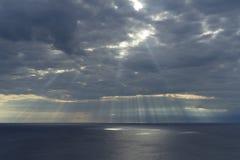 Rayos del cielo nublado y del sol en el mar adriático en Croacia Foto de archivo libre de regalías