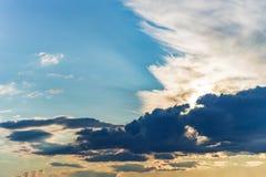 Rayos del fondo del cielo de las nubes dramáticas del sol Foto de archivo libre de regalías