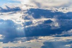 Rayos del fondo del cielo de las nubes dramáticas del sol Fotos de archivo libres de regalías