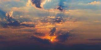 Rayos del panorama de las nubes dramáticas del sol Fotos de archivo