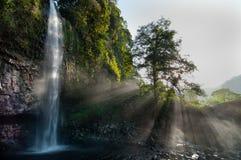Rayos del sol de la cascada Foto de archivo