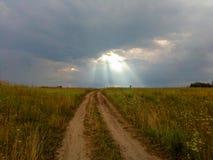 rayos del sol a través de las nubes tormentosas Foto de archivo libre de regalías