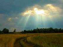 rayos del sol a través de las nubes tormentosas Fotografía de archivo libre de regalías