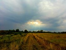 rayos del sol a través de las nubes tormentosas Fotos de archivo libres de regalías