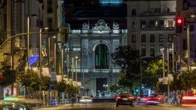 Rayos del timelapse de los semáforos en Gran vía la calle, calle principal de las compras en Madrid en la noche España, Europa