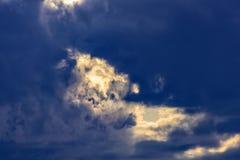 Rayos dramáticos de las nubes del fondo del cielo de la tempestad de truenos del sol Fotografía de archivo