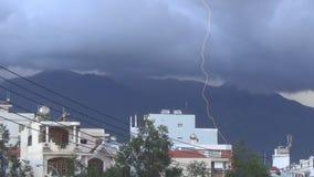 Rayos en el mismo lugar tres veces durante el día en la ciudad Nubes sobre la montaña allí tempestad de truenos fuera almacen de metraje de vídeo