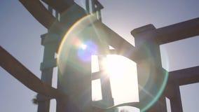 Rayos hermosos del sol en el embarcadero en el mar metrajes