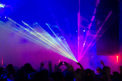 Rayos laser azules y púrpuras a través del humo Imágenes de archivo libres de regalías