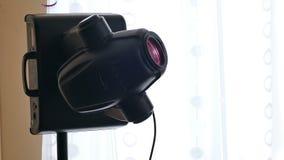 Rayos laser ligeros del disco del fondo del bokeh de la máquina almacen de video