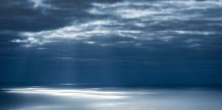 Rayos ligeros en la superficie del océano Fotografía de archivo libre de regalías