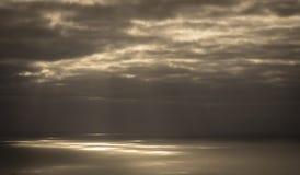 Rayos ligeros en la superficie del océano Imagen de archivo libre de regalías