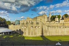 Rayos pasados del sol sobre la torre de Londres histórica, Inglaterra Imágenes de archivo libres de regalías